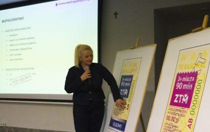 Małgorzata Gutowska, dyrektor ZTM prezentuje plansze z nowym wzroem biletów papierowych