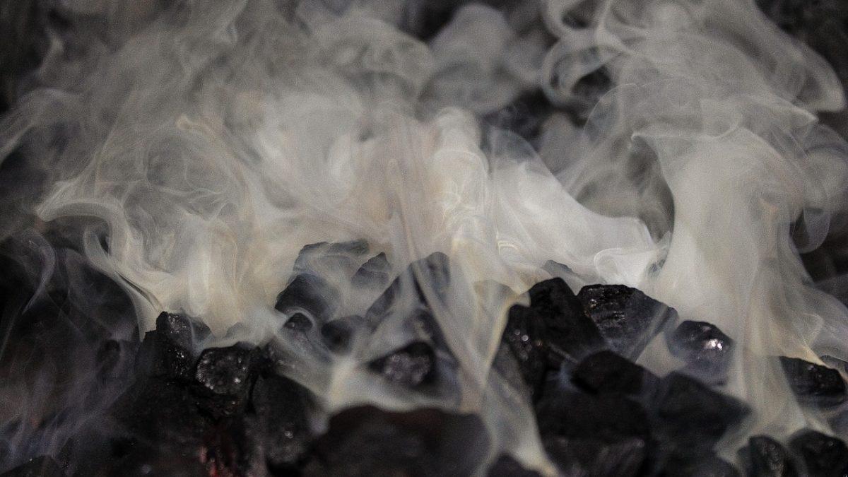 Rozgrzany dymiący węgiel