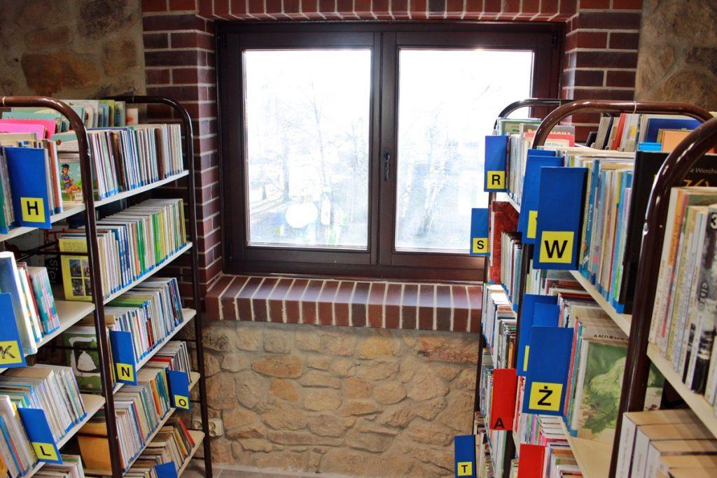 Regały biblioteczne w budynku zabytkowej kolonii robotniczej Ficinus w Rudzie Śląskiej
