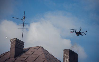 Dron nad kominem prywatnego domu