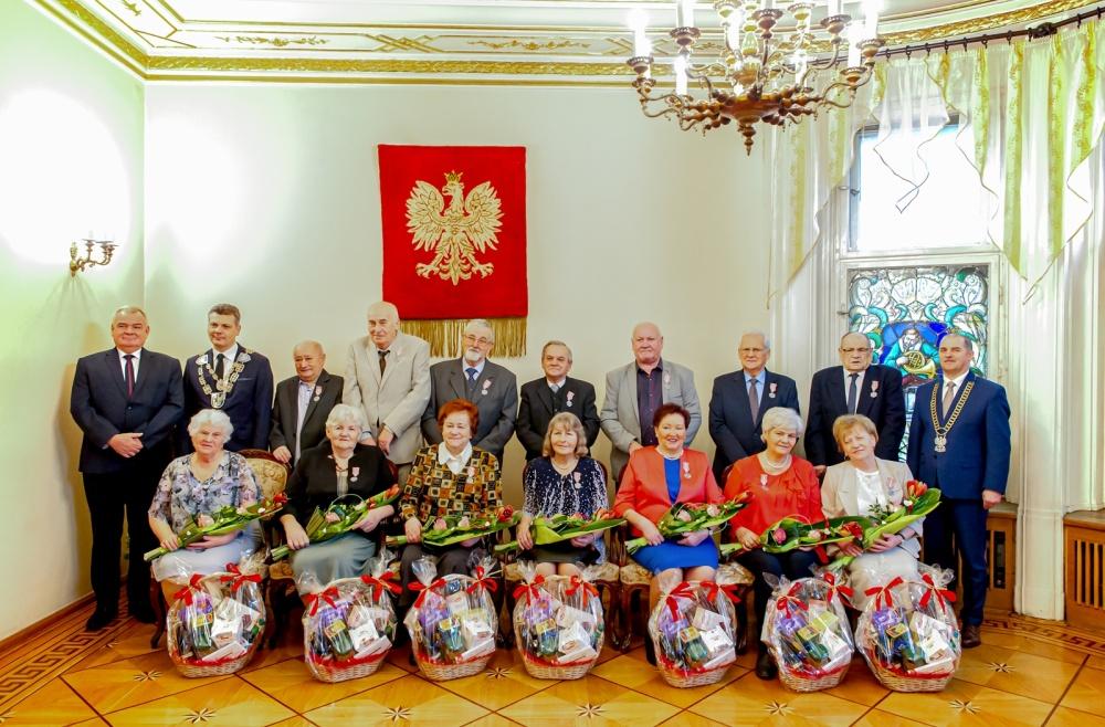 Grupowe zdjęcie mieszkańców odznaczonych za 50-lecie małżeństwa