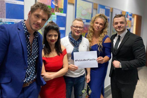 Burmistrz Wojkowic pozujący z aktorkami i aktorami