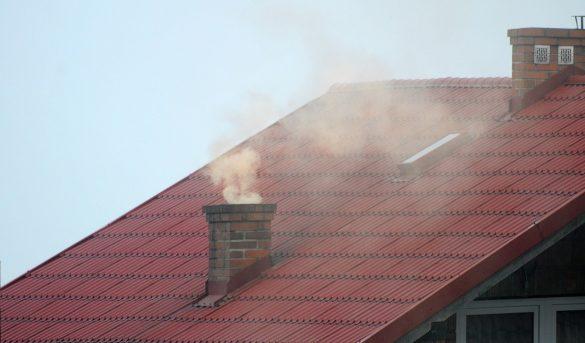 Dymiący komin w domu prywatnym
