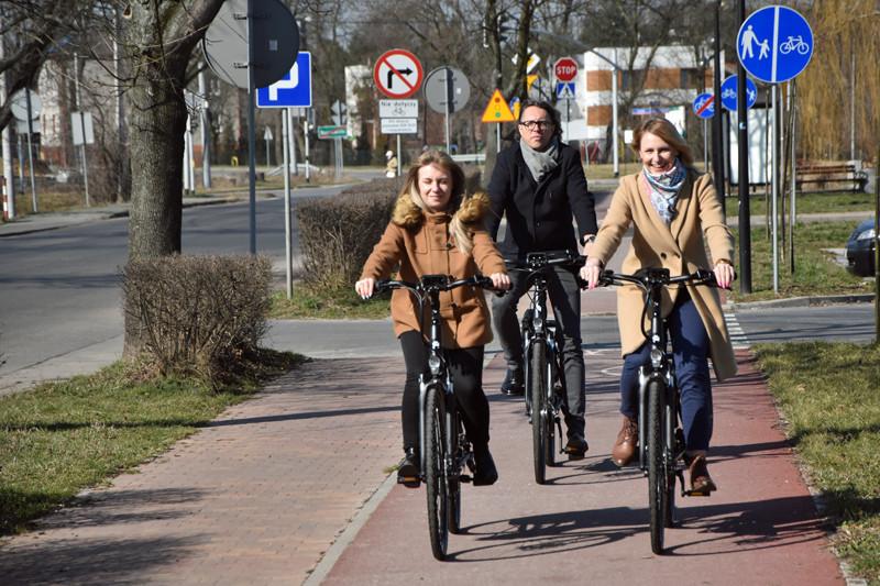 Trzy osoby jadące na rowerach elektrycznych