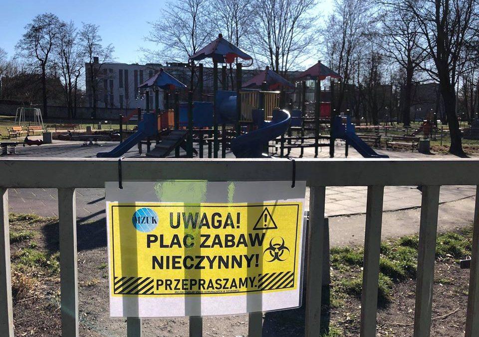Plac zabaw z tabliczką informującą o zamknięciu
