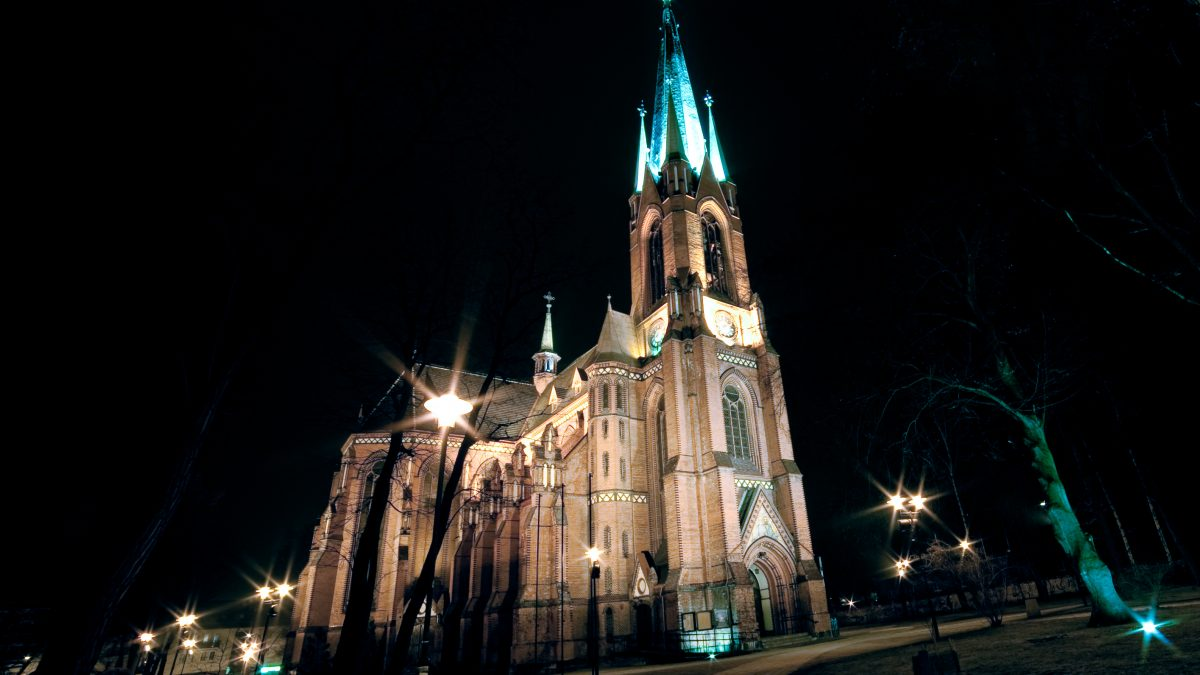 Katedra w Gliwicach - zdjęcie wieczorne, świątynia oświetlona