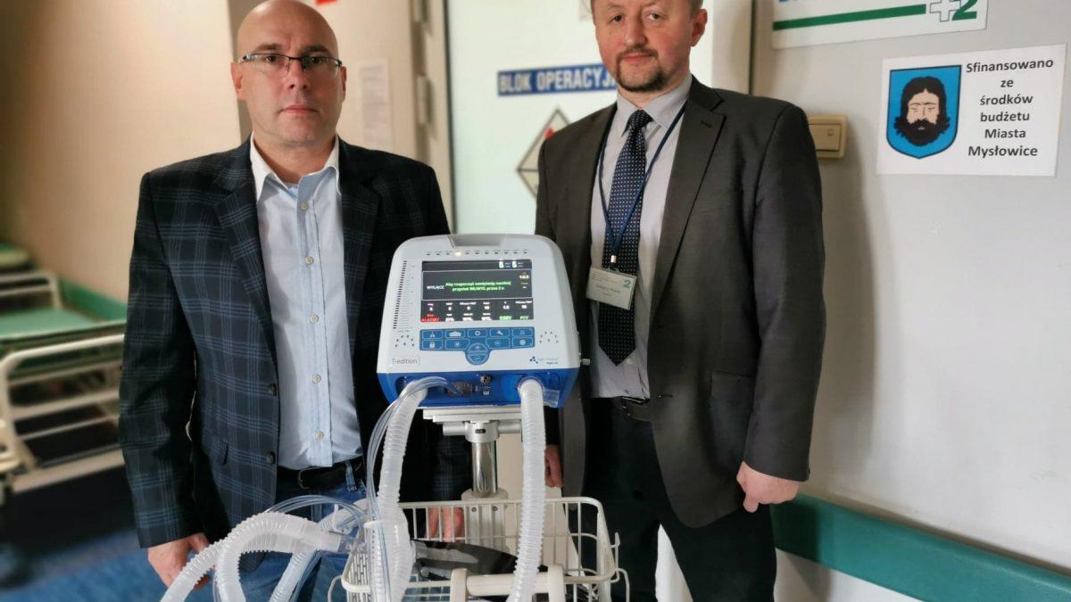 Prezydent i dyrektor szpitala przy defibrylatorze