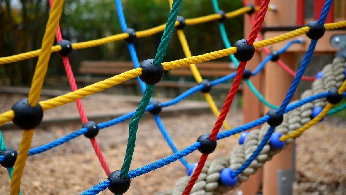 Zakaz korzystania z placów zabaw i urządzeń plenerowych