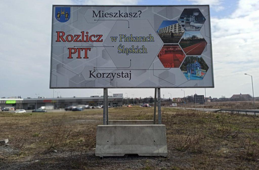 Baner zachęcający do zostawienia PIT w mieście