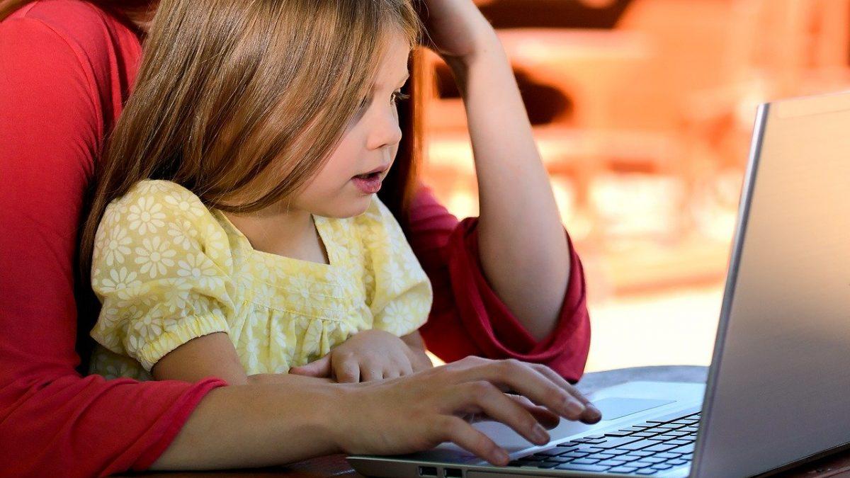 Kobieta z dzieckiem przed komputerem