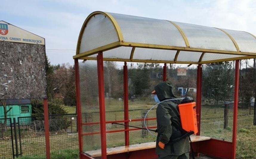 W gminie Mierzęcice rozpoczęto mycie i dezynfekcje przystanków autobusowych