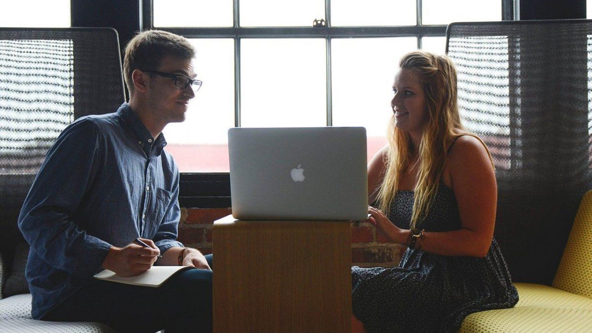 mężczyzna i kobieta przy laptopie