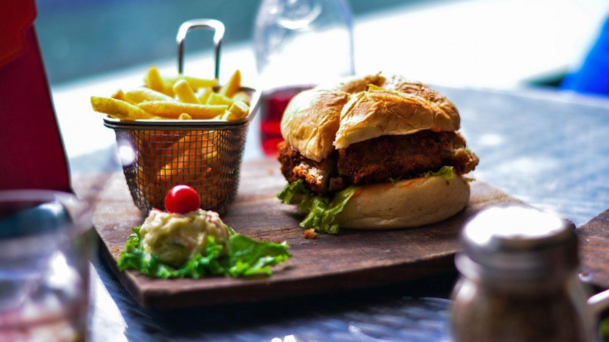 Hamburger, frytki i sałatka