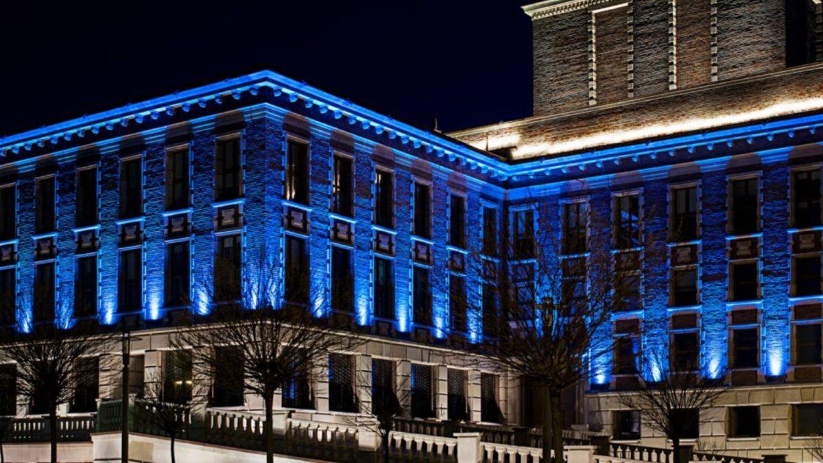 Pałac Kultury Zagłębia podświetlony na niebiesko