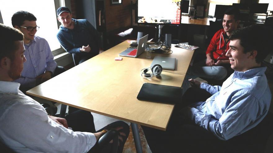 Młodzi ludzie przy biurku