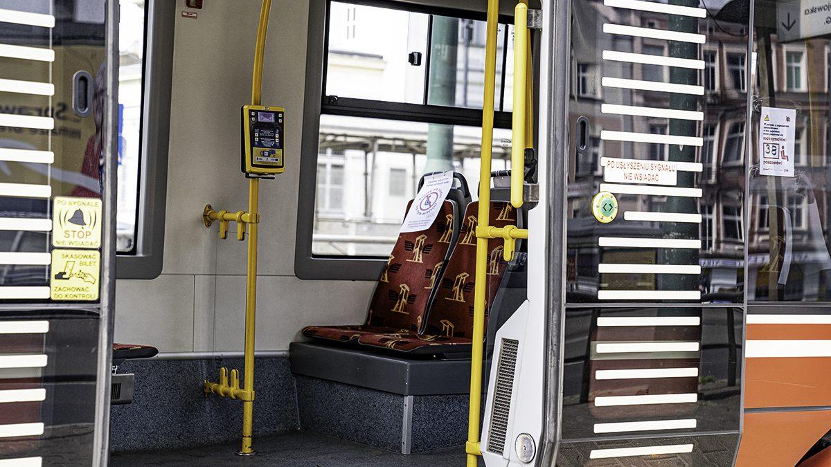 Od poniedziałku autobusy, tramwaje i trolejbusy będą mogły przewozić więcej pasażerów