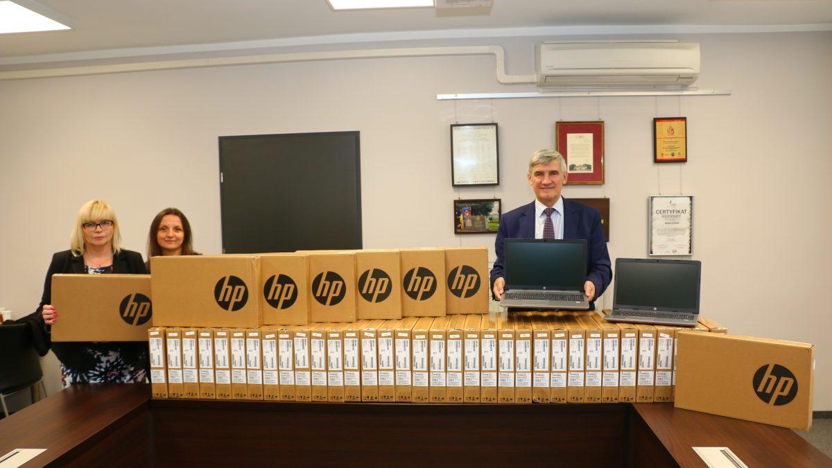 Na zdjęciu burmistrz Zbigniew Szaleniec, jego zastępca Beata Zawiła i naczelnik Wydziału Edukacji - Elżbieta Bazańska-Wolska