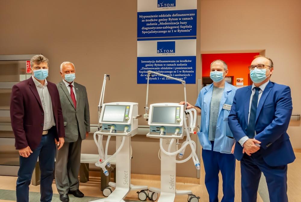przedstawiciele miasta i szpitala z respiratorami