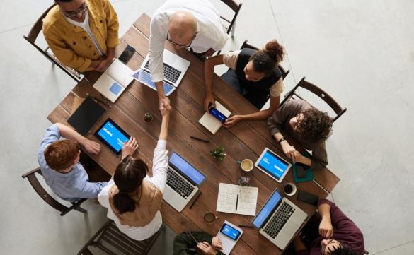 Grupa osób siedząca przy stole, zdjęcie z góry