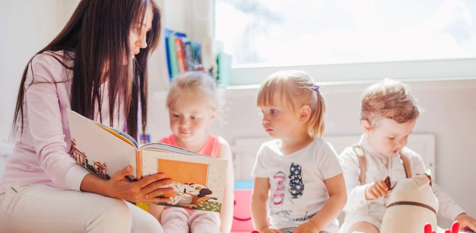 dzieci i przedszkolanka