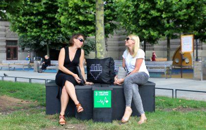 dwie kobiety siedzące w parku