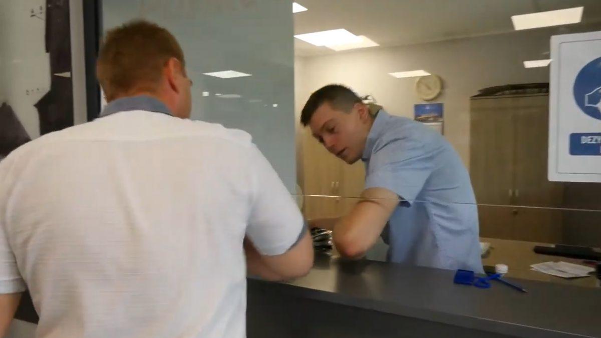 urzędnicy witający się poprzez dotknięcie łokciem