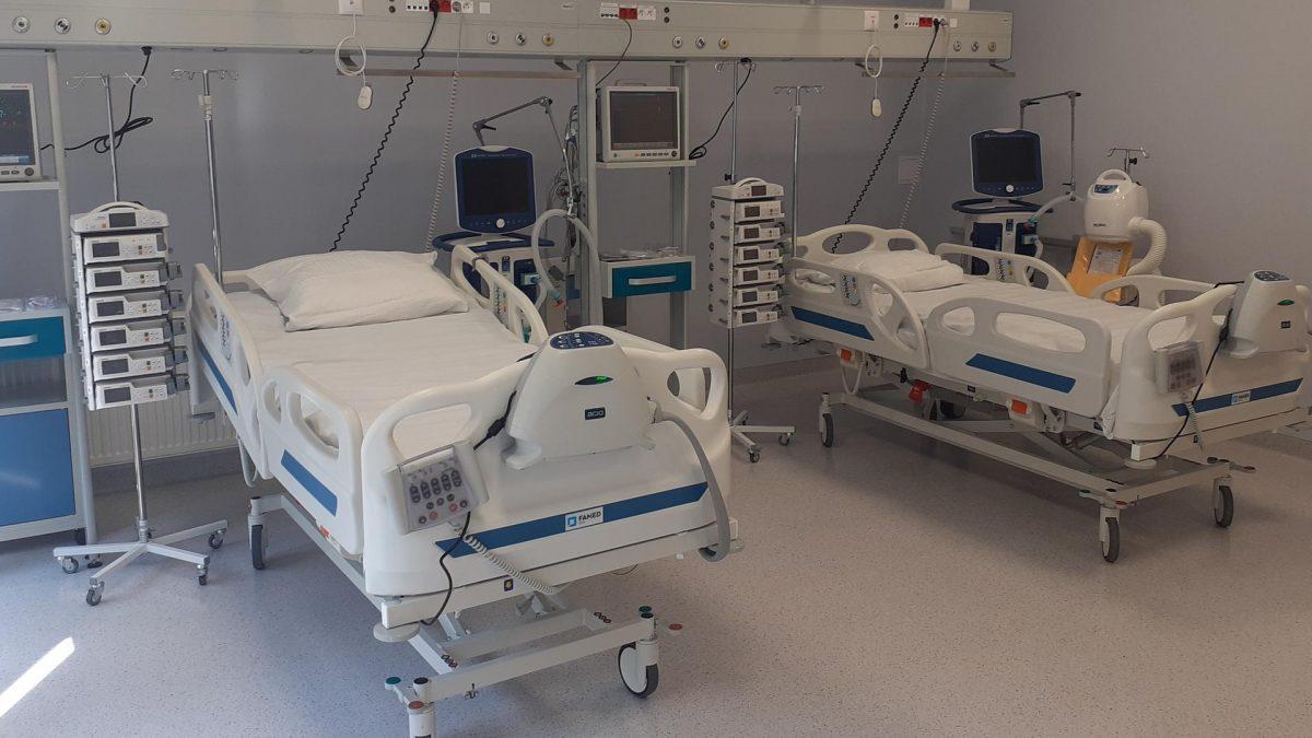 Łóżka na oddziale szpitalnym