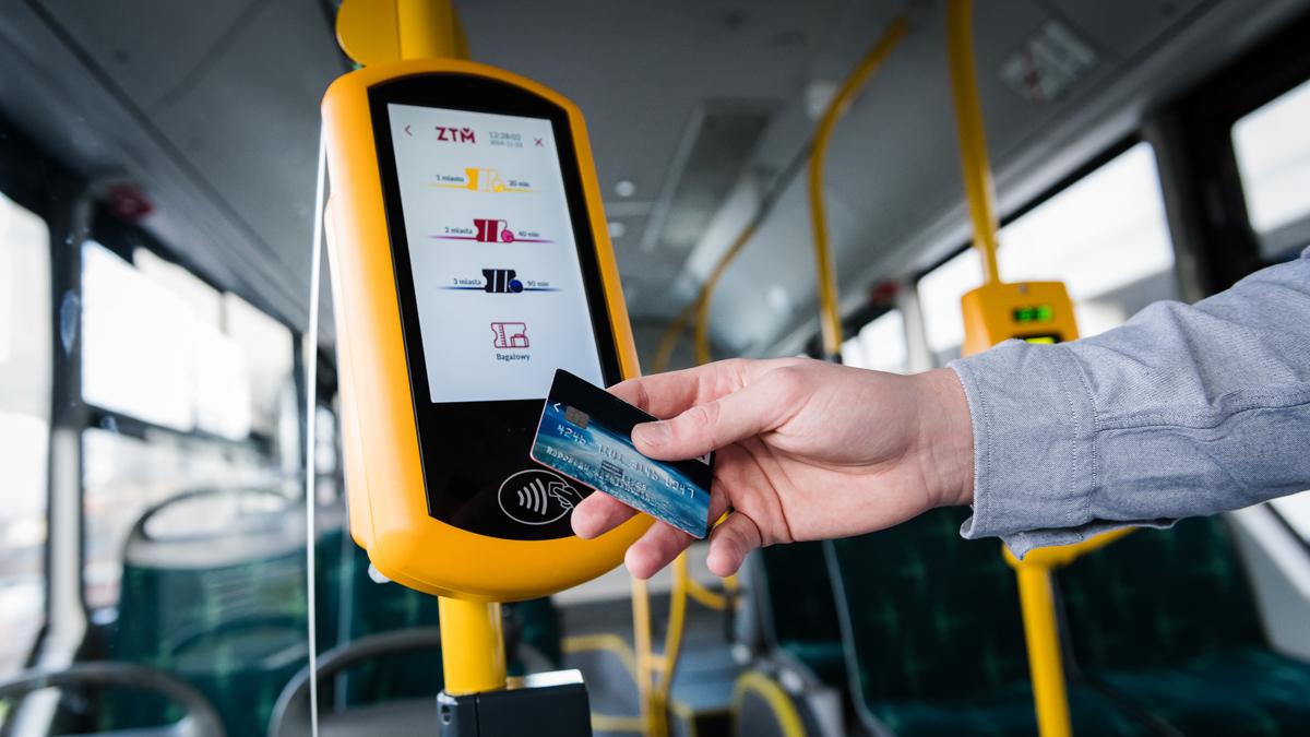 Pasażer kupujący elektroniczny bilet w autobusie