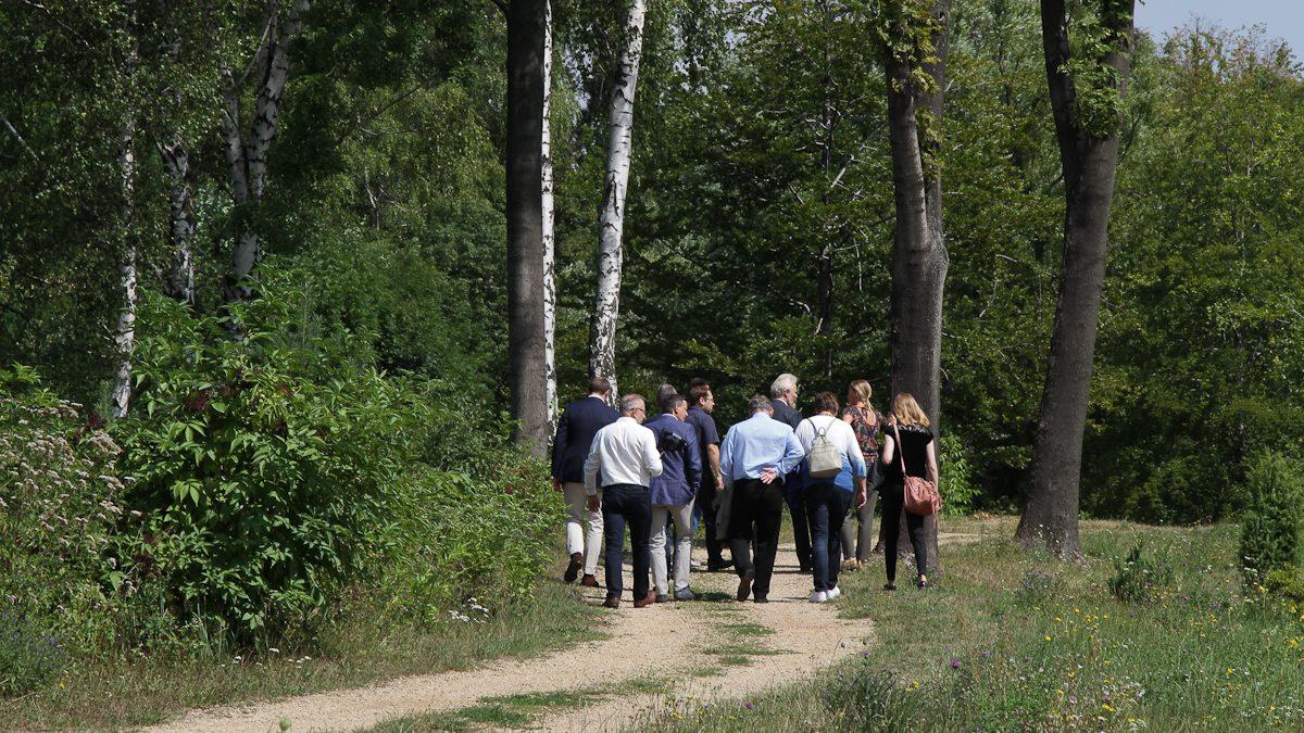 Grupa osób przechadzających się po Ogrodzie Botanicznym