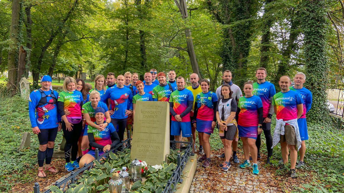 Uczestnicy biegu na grobie ks. Damrota