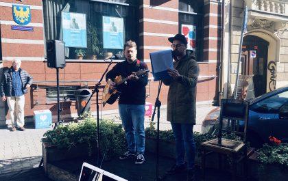 Autorzy piosenki promującej ETZT w Katowicach stoją na scenie podczas występu na ul. Teatralnej