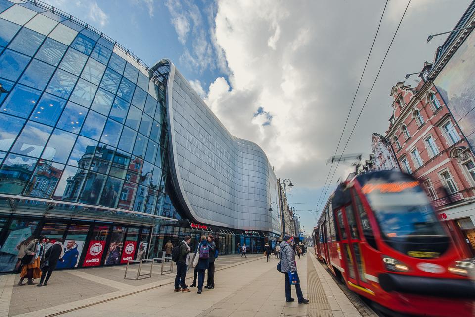 Tramwaj przejeżdża przez centrum Katowic, obok Galerii Katowickiej