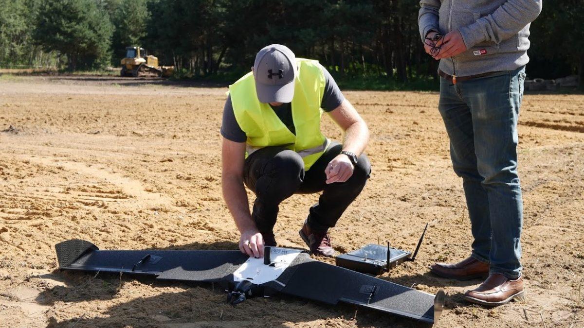 Pilot drona z płatowcem