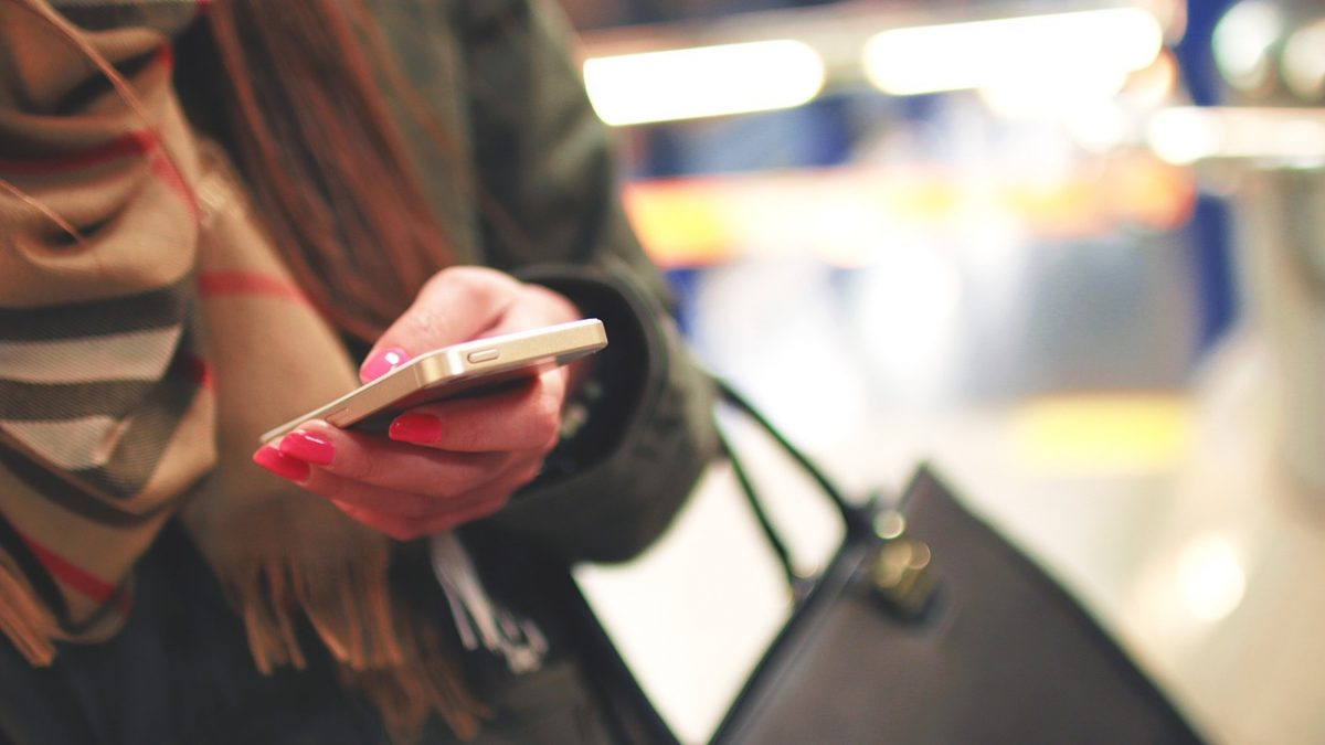 Kobieta z telefonem w ręce