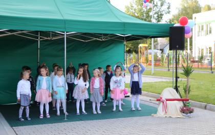 Dzieci podczas występu na otwarcie przedszkola