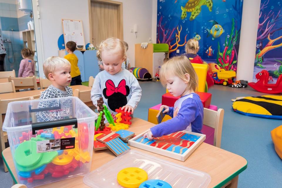 Dzieci bawiące się w kolorowej sali