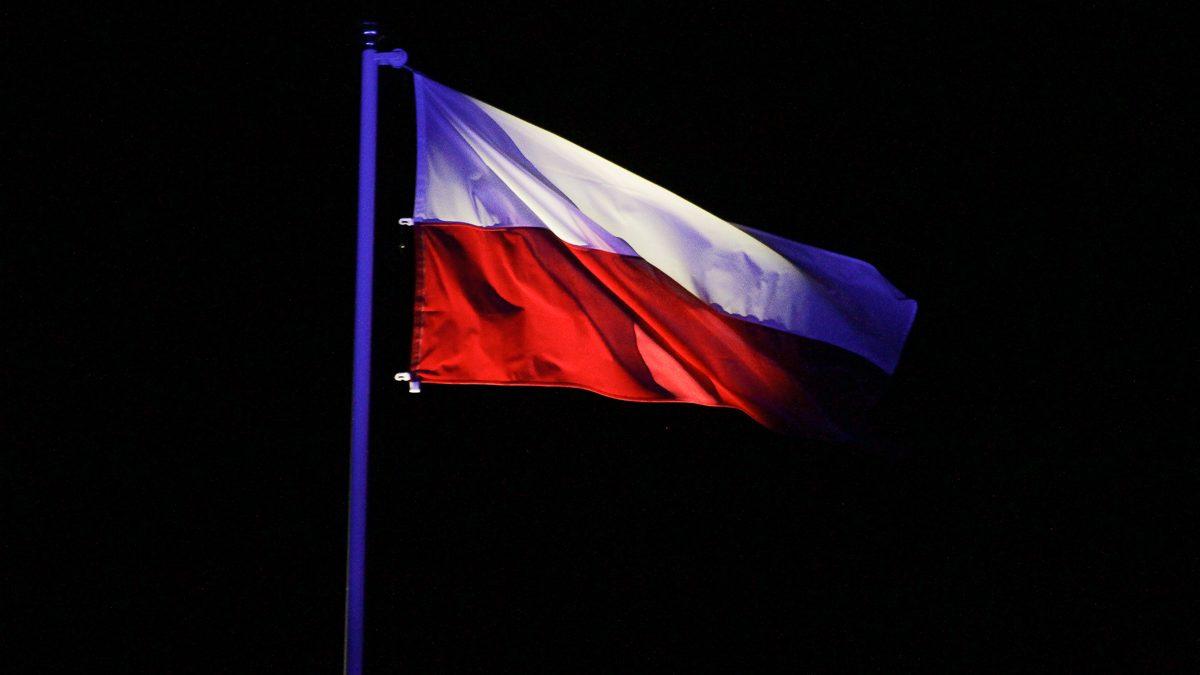 Flaga na maszcie w scenerii nocy
