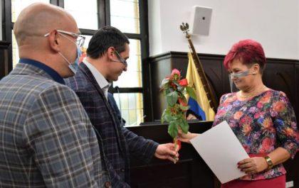Nauczycielka odbierająca nagrodę od władz miasta