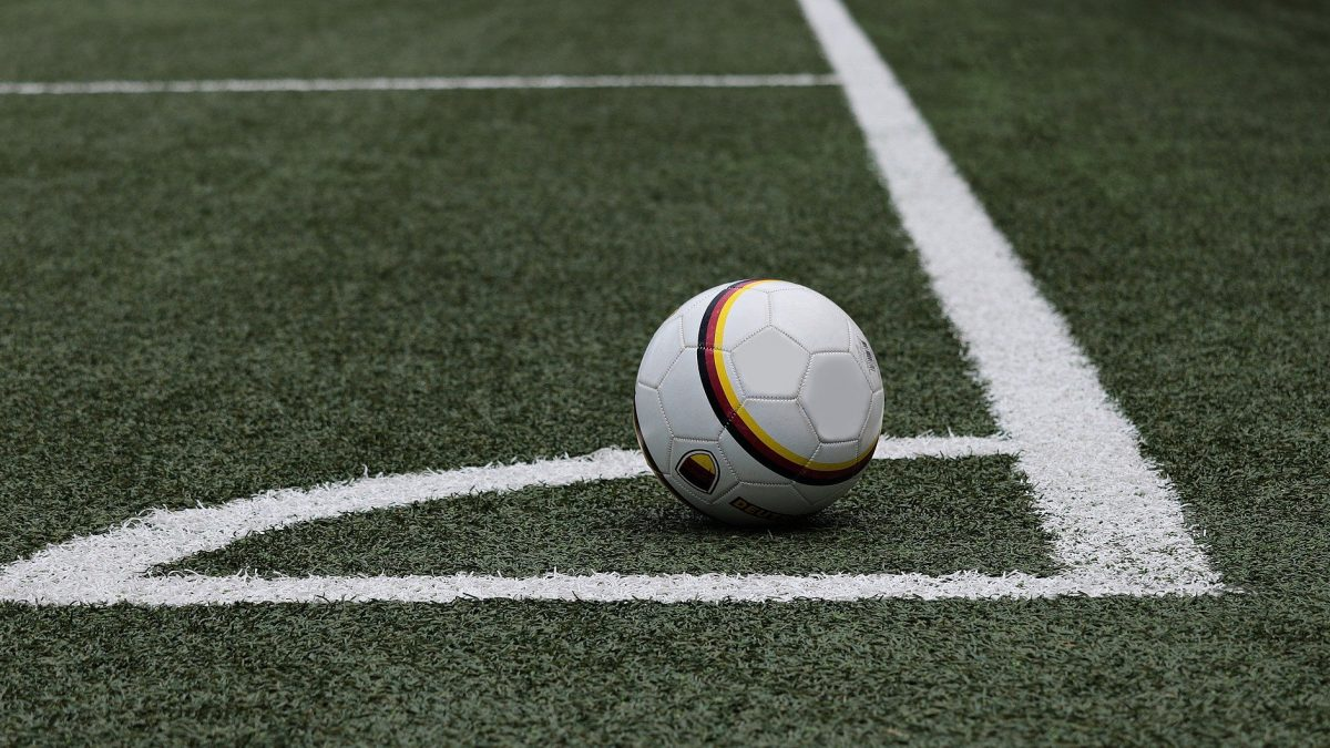 Piłka w rogu boiska
