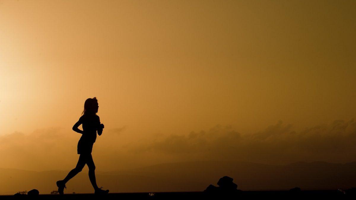 Bieg kobiety o wschodzie słońca