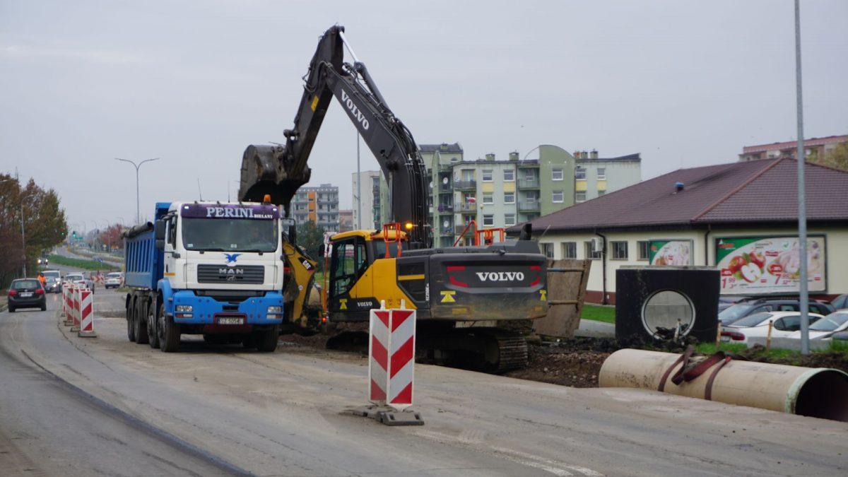 Ciężki sprzęt przy budowie kanalizacji