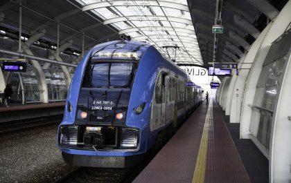 Pociąg stoi na peronie stacji w Gliwicach