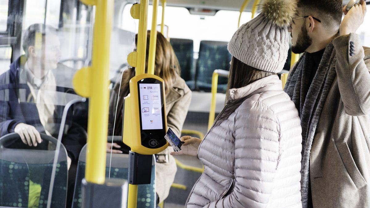 Pasażerowie w autobusie