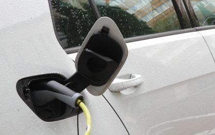 Samochód elektryczny podczas ładowania