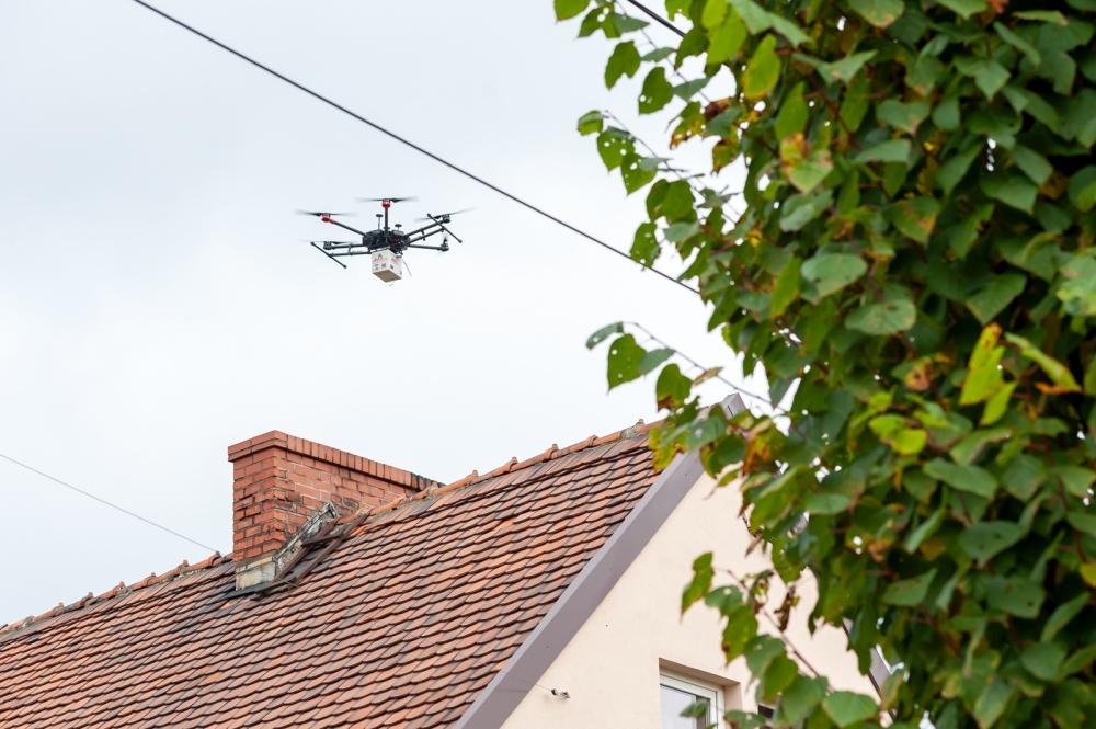Dron nad kominem domu