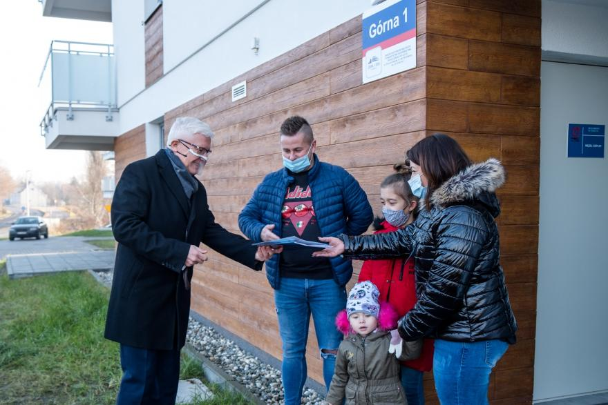 Prezydent przekazujący rodzinie klucze do mieszkania