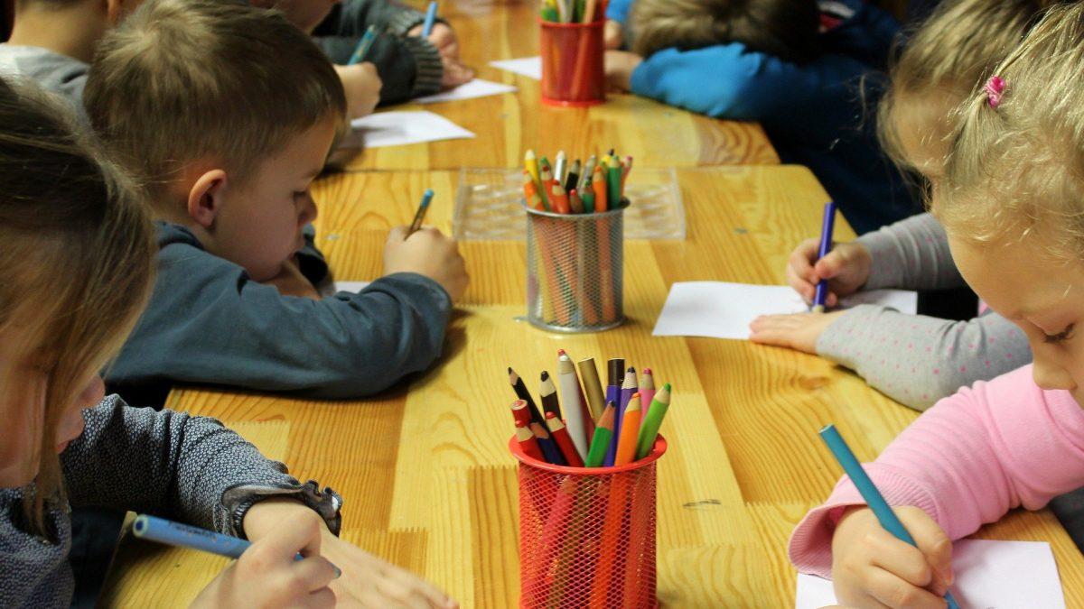 Dzieci podczas zajęć w przedszkolu