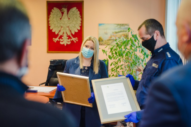 Policja siemianowicka wręcza dyplomy za obywatelską postawę
