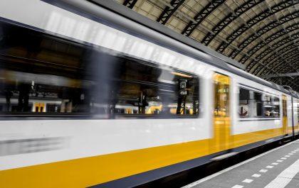 Pociąg pasażerski na stacji PKP