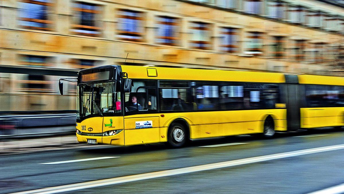 Autobus jadący w Metropolii GZM